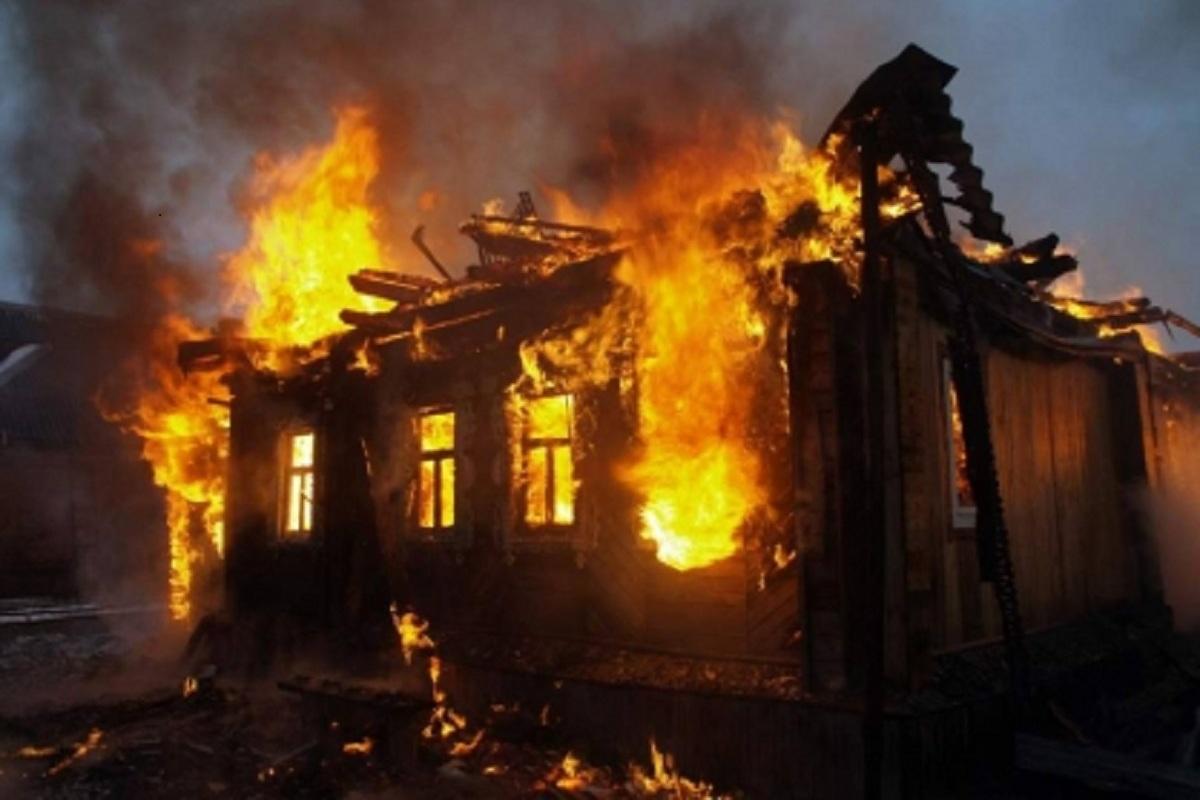 В Конаково пожарные тушили горевший жилой дом: Огонь удалось отбить за полчаса.