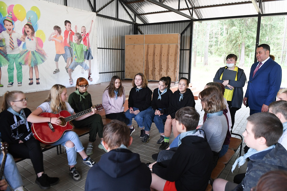 Игорь Руденя сыграл в теннис с детьми в лагере