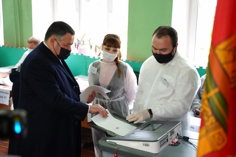 Губернатор Игорь Руденя проголосовал на избирательном участке в центре Твери